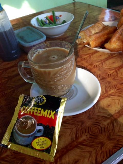 Här är min version av macchiato och croissant- friterad deg och burmesiskt pulverkaffe (bestående av socker, mjölkpulver och kaffe)