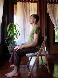 Att meditera sittandes på stol går utmärkt. Se bara till att ha en kudde som stöd, både att sitta på och att ha som ryggstöd.